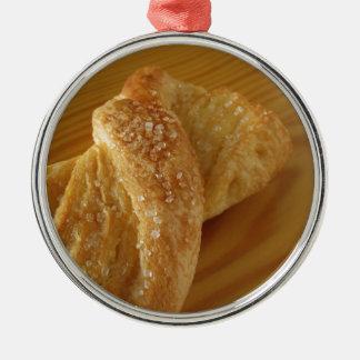 Ornamento De Metal Bolo frito em uma mesa de madeira com açúcar