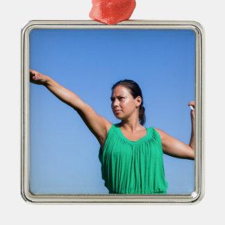 Ornamento De Metal Bumerangue de jogo da mulher holandesa no céu azul