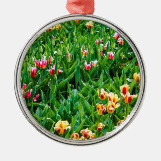 Ornamento De Metal Campo com as tulipas cor-de-rosa e amarelas