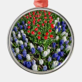 Ornamento De Metal Campo de flores com as tulipas azuis e os jacintos