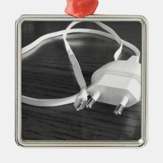 Ornamento De Metal Carregador branco do smartphone na mesa de madeira