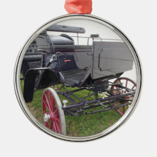 Ornamento De Metal Carruagem antiquado do cavalo na grama verde