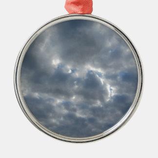 Ornamento De Metal Céu morno com as nuvens de cúmulo-nimbo dos