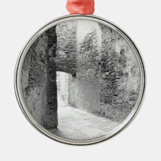 Ornamento De Metal Corredores escuros de uma estrutura velha do