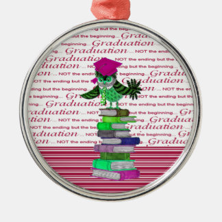 Ornamento De Metal Coruja que veste o boné sobre livros, formando do