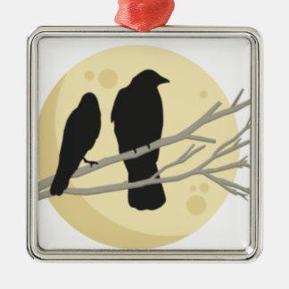 Ornamento De Metal Corvo preto no ramo de árvore
