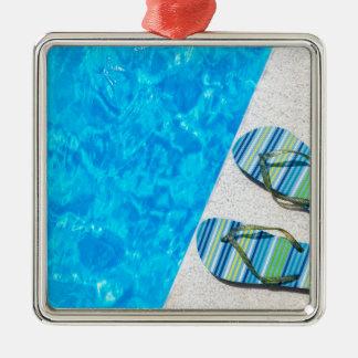 Ornamento De Metal Dois deslizadores de banho na borda da piscina