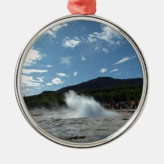 Ornamento De Metal Entrando em erupção o geyser em Islândia