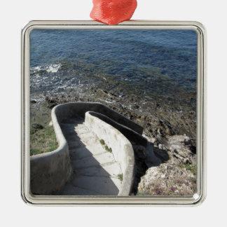 Ornamento De Metal Escadaria concreta para baixo ao mar. Escadas