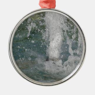Ornamento De Metal Espirra da água da fonte em um dia ensolarado