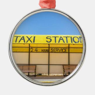 Ornamento De Metal Estação amarela do táxi na costa na piscina