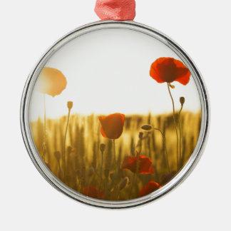 Ornamento De Metal Flor vermelha perto da flor branca durante o dia