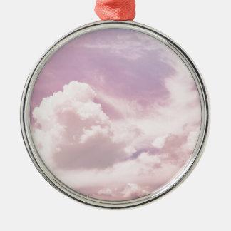 Ornamento De Metal Flutuação em nuvens roxas macias
