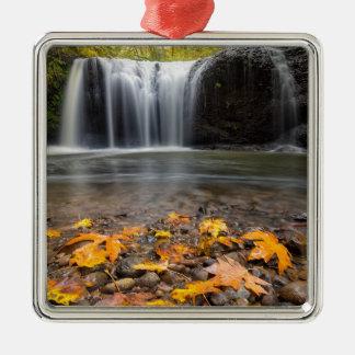 Ornamento De Metal Folhas de bordo da queda na cachoeira escondida