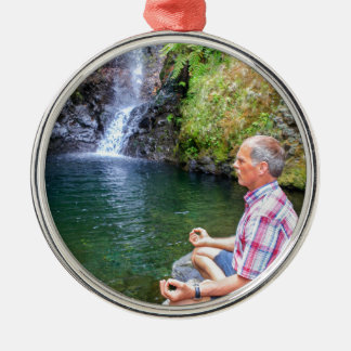 Ornamento De Metal Homem que senta-se na rocha que meditating perto