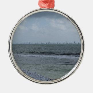 Ornamento De Metal Litoral da praia com os veleiros no horizonte