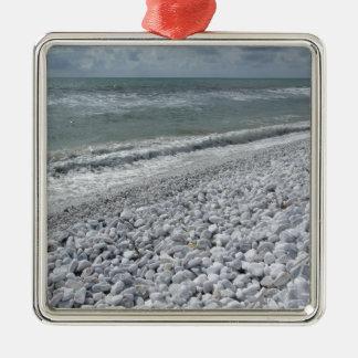 Ornamento De Metal Litoral de uma praia em um dia nebuloso no verão