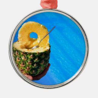 Ornamento De Metal Mão que guardara o abacaxi fresco acima da piscina