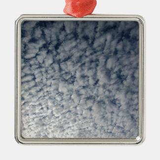 Ornamento De Metal Muitas nuvens macias contra o fundo do céu azul