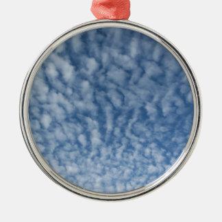 Ornamento De Metal Muitas nuvens pequenas macias contra o fundo do