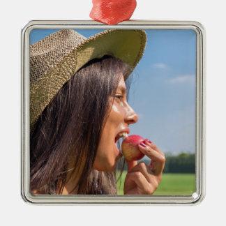 Ornamento De Metal Mulher com chapéu que come a maçã vermelha fora
