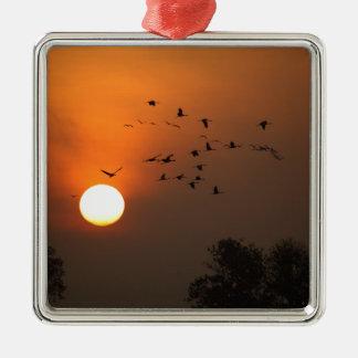 Ornamento De Metal Nascer do sol com rebanhos de guindastes do vôo
