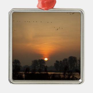 Ornamento De Metal Nascer do sol em um lago com pássaros de vôo