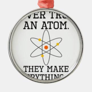 Ornamento De Metal Nunca confie um átomo - ciência engraçada