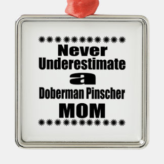 Ornamento De Metal Nunca subestime a mamã do Pinscher do Doberman