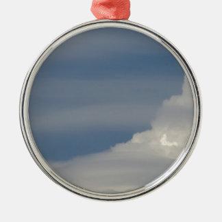 Ornamento De Metal Nuvens brancas macias contra o fundo do céu azul
