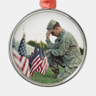 Ornamento De Metal O soldado visita sepulturas no Memorial Day