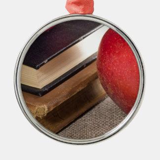 Ornamento De Metal Opinião do fim-acima das maçãs vermelhas e velho