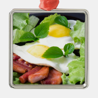 Ornamento De Metal Ovos fritos com ervas, alface e bacon