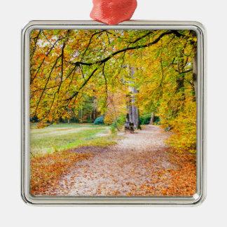 Ornamento De Metal Paisagem holandesa do outono com passeio e árvore
