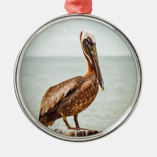 Ornamento De Metal Pelicano bonito empoleirado sobre o oceano