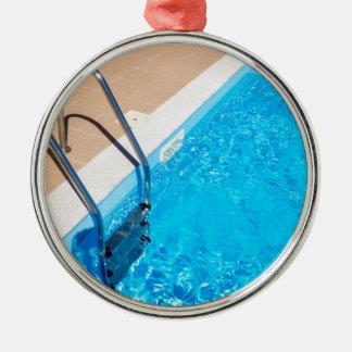 Ornamento De Metal Piscina azul com escada