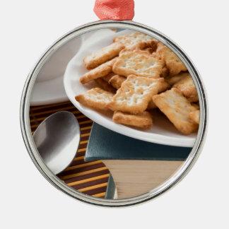 Ornamento De Metal Placa branca com os biscoitos no livro velho