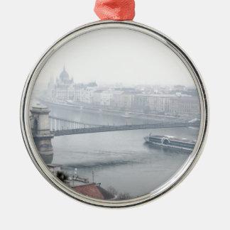 Ornamento De Metal Ponte de Budapest sobre a imagem de Danube River