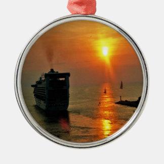 Ornamento De Metal Por do sol em um navio de cruzeiros