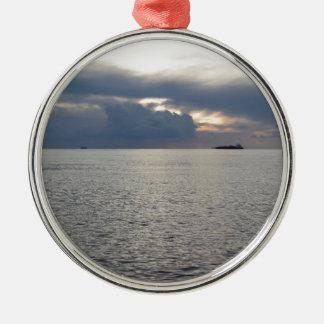 Ornamento De Metal Por do sol morno do mar com o navio de carga no