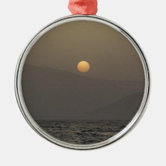 Ornamento De Metal Por do sol sobre montanhas da ilha de Paros