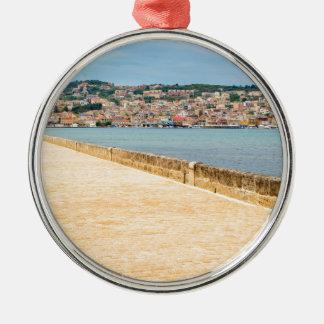 Ornamento De Metal Porto grego Argostoli da cidade com a estrada na
