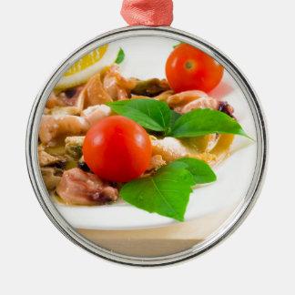 Ornamento De Metal Salada de partes descascadas de marisco em uma