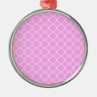 Ornamento De Metal Teste padrão cor-de-rosa e branco de Quatrefoil