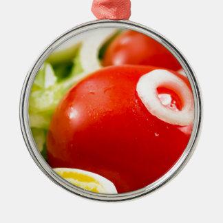 Ornamento De Metal Tomates e ovos cozidos de cereja em uma salada