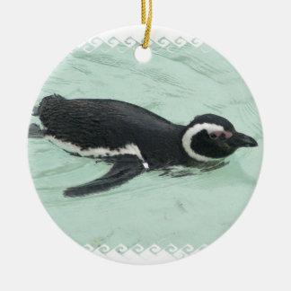 Ornamento do pinguim da natação
