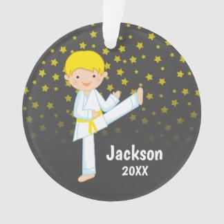 Ornamento Menino louro da correia amarela de Taekwondo