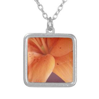 Orquídea alaranjada colar com pendente quadrado