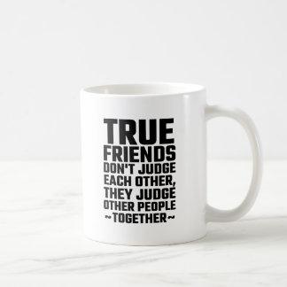 Os amigos verdadeiros não se julgam caneca