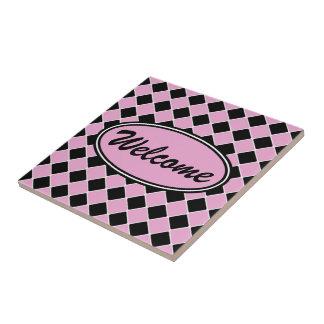 os anos 50 cor-de-rosa e azulejo diagonal preto